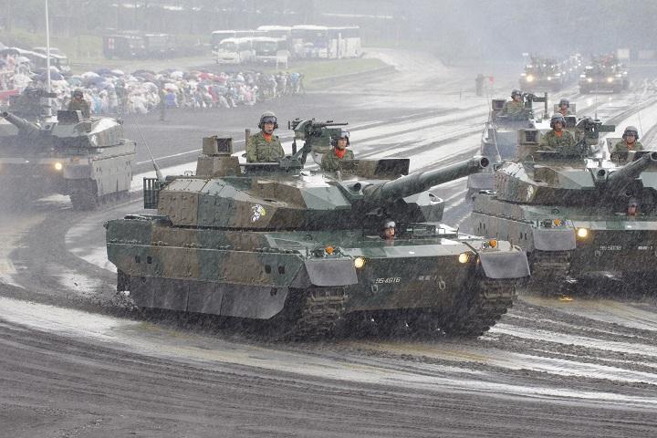 富士駐屯地祭観閲行進 10式戦車